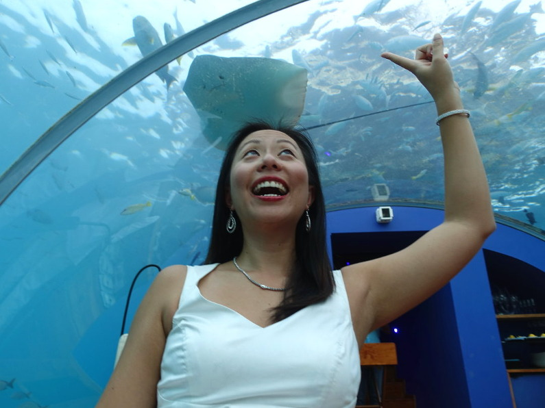 Nadia and a stingray in the underwater restaurant Ithaa at the Conrad Maldives