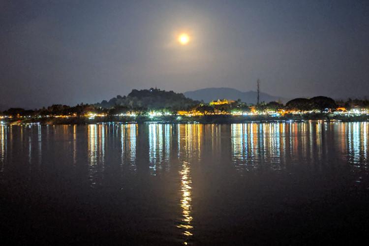Moon Over Sa Sa Cruise Luanga prabang