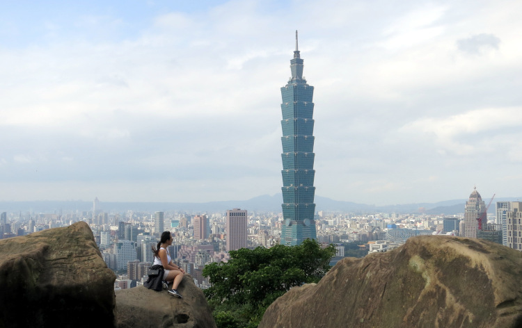 Nadia on the Rock staring at Taipei 101 02.JPG
